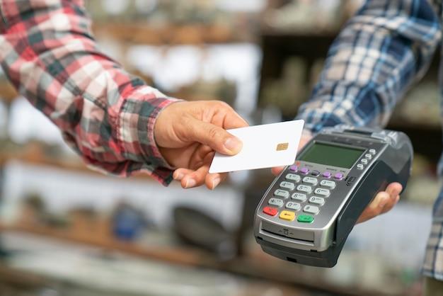 L'ospite effettua il pagamento con carta al banco del check-in dell'hotel