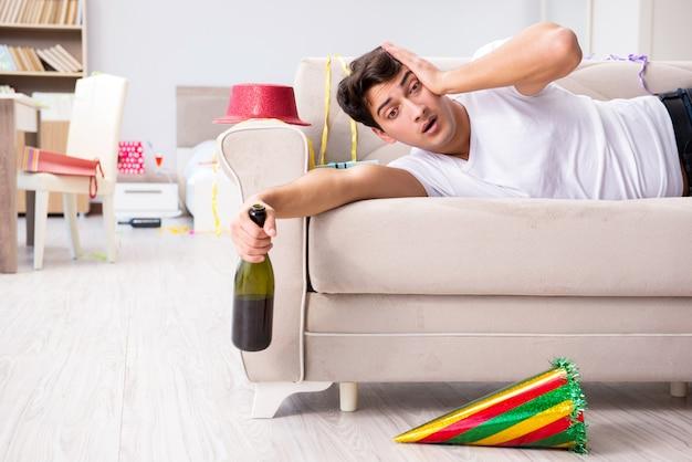 L'uomo a casa dopo una festa intensa