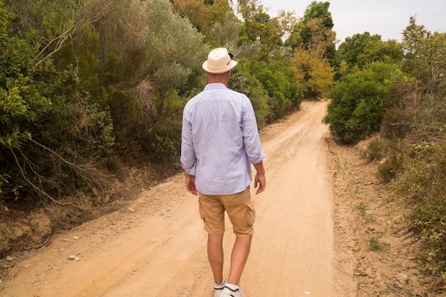 L'uomo a piedi su un vuoto desolato vuoto