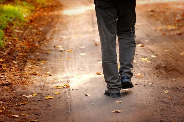 L'uomo a piedi