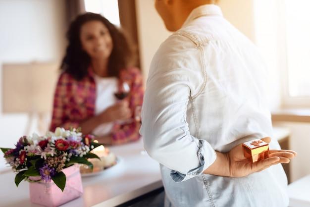L'uomo afroamericano presenta un regalo alla sua ragazza