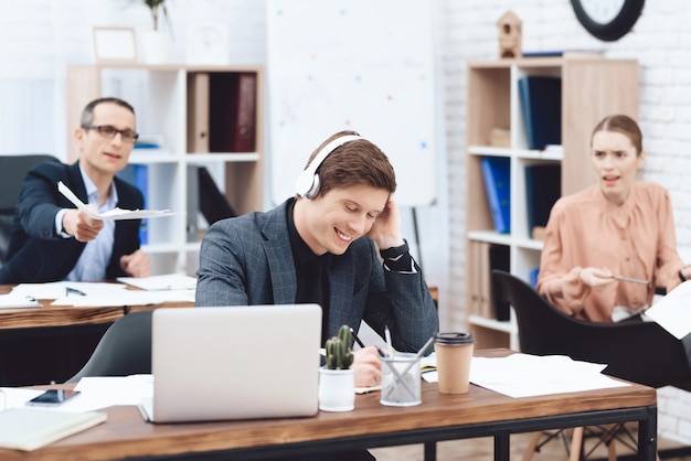 L'uomo al lavoro ascolta la musica e non vuole lavorare