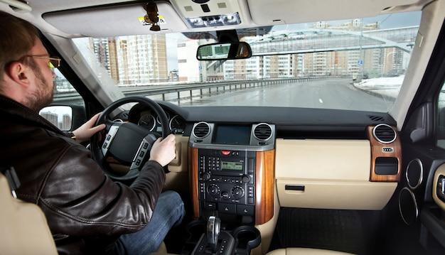 L'uomo al volante della macchina