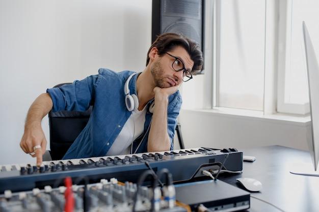 L'uomo annoiato produce la colonna sonora elettronica nel progetto a casa
