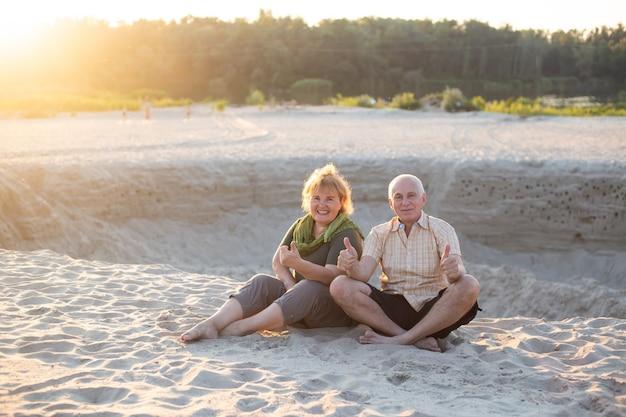 L'uomo anziano e la donna anziana come coppia di estate al sole, le coppie senior si rilassano nell'ora legale. le coppie anziane di amore di pensionamento di stile di vita di sanità insieme
