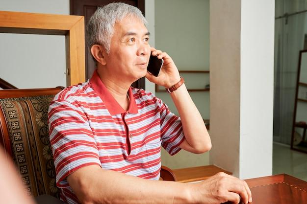 L'uomo anziano ha una telefonata
