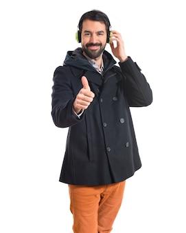 L'uomo ascolta musica su sfondo bianco