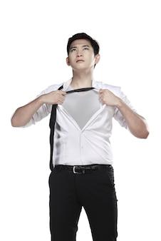 L'uomo asiatico apre la sua camicia isolata sopra fondo bianco