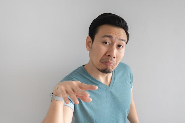 L'uomo asiatico sta cercando di trovare una scusa per il problema che ha fatto.