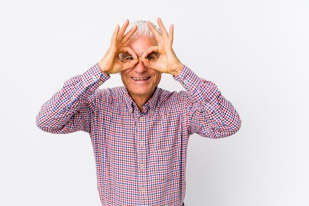 L'uomo caucasico senior isolato mostrando bene firma sopra gli occhi