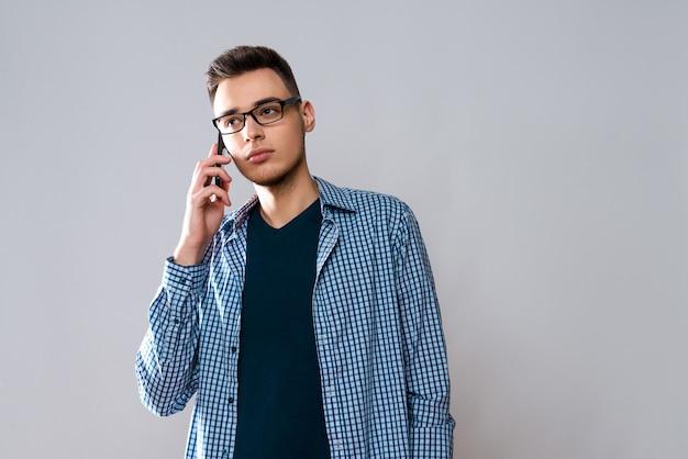 L'uomo caucasico sta parlando sul telefono cellulare