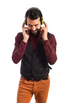 L'uomo che indossa la giacca di ascolto della musica