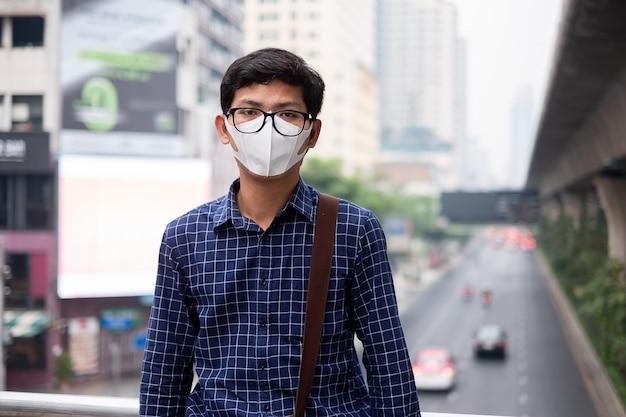 L'uomo che indossa la maschera respiratoria n95 protegge e filtra pm2.5