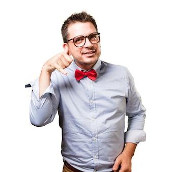 L'uomo che indossa una cravatta a farfalla rossa. facendo un gesto telefono.
