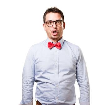 L'uomo che indossa una cravatta a farfalla rossa. guardando divertente.