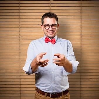 L'uomo che indossa una cravatta a farfalla rossa. guardando divertente