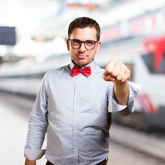 L'uomo che indossa una cravatta a farfalla rossa. guardando grave.