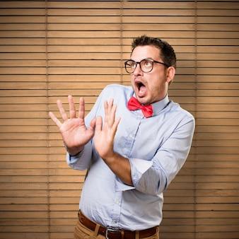 L'uomo che indossa una cravatta a farfalla rossa. guardando paura.
