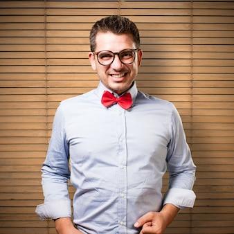 L'uomo che indossa una cravatta a farfalla rossa. guardando sconvolto.