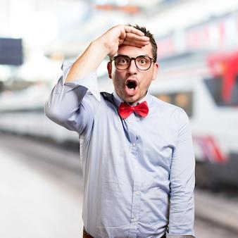 L'uomo che indossa una cravatta a farfalla rossa. guardando sorpreso.