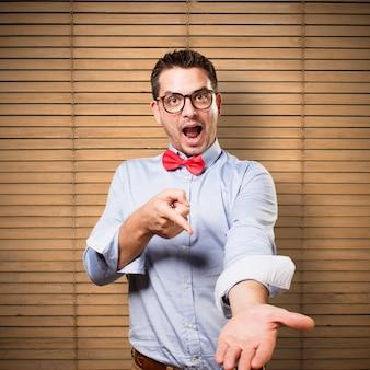 L'uomo che indossa una cravatta a farfalla rossa. offrendo qualcosa.