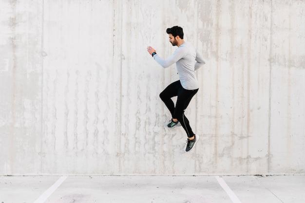 L'uomo che salta vicino al muro