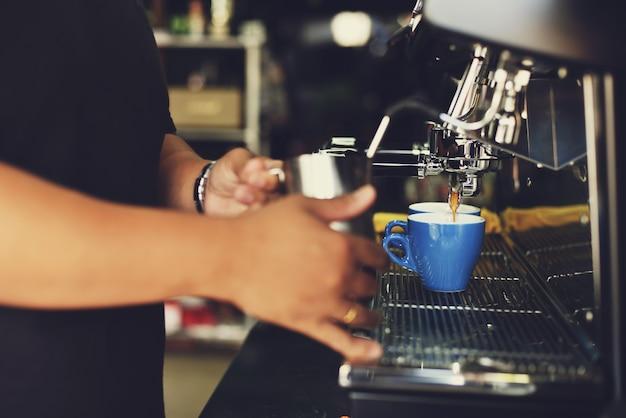 L'uomo che serve una tazza di caffè
