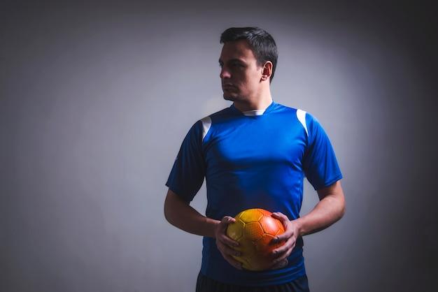 L'uomo che tiene il calcio