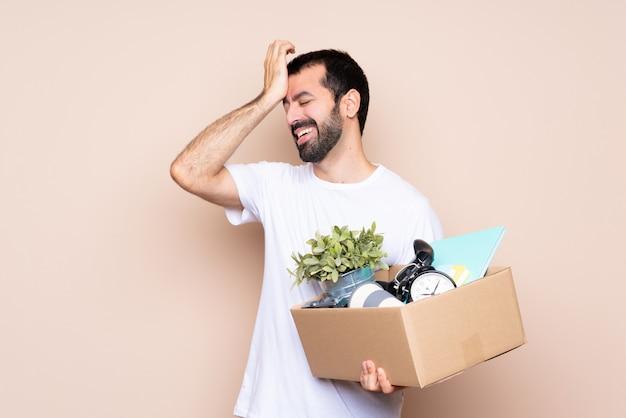 L'uomo che tiene in mano una scatola e si trasferisce in una nuova casa ha realizzato qualcosa e intendendo la soluzione