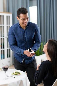 L'uomo chiede alla sua ragazza di sposarlo
