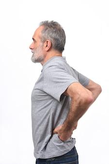 L'uomo con dolore nella parte posteriore su sfondo bianco