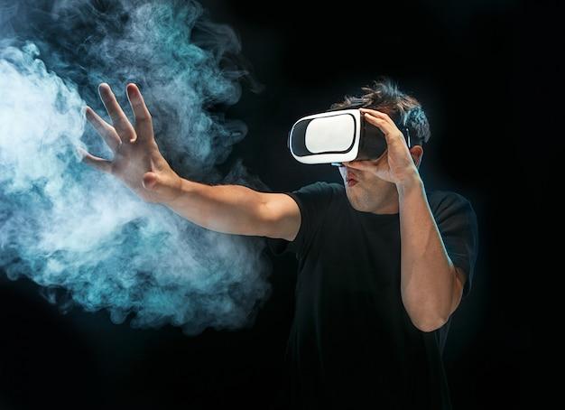L'uomo con gli occhiali della realtà virtuale. il futuro concetto di tecnologia.