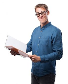 L'uomo con gli occhiali e un libro aperto