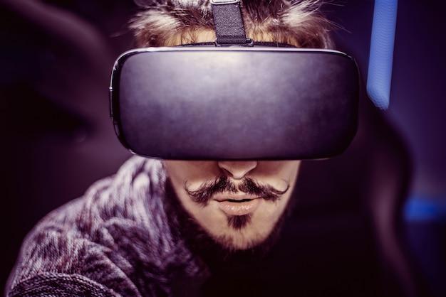 L'uomo con gli occhiali virtuali sta guardando un film al cinema