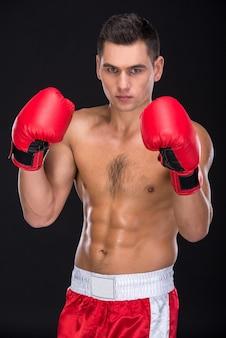 L'uomo con i guantoni da boxe sta proponendo