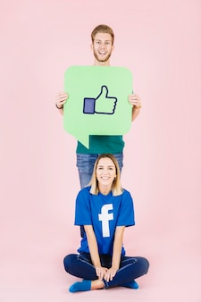 L'uomo con i pollici aumenta il segno sul fumetto che sta dietro la donna felice