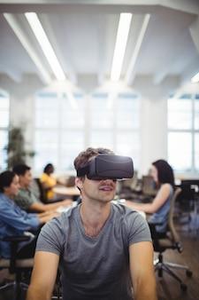 L'uomo con l'auricolare realtà virtuale