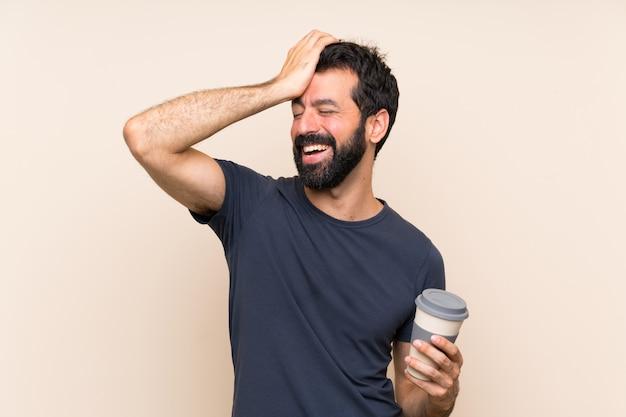 L'uomo con la barba con in mano un caffè ha realizzato qualcosa e intendendo la soluzione