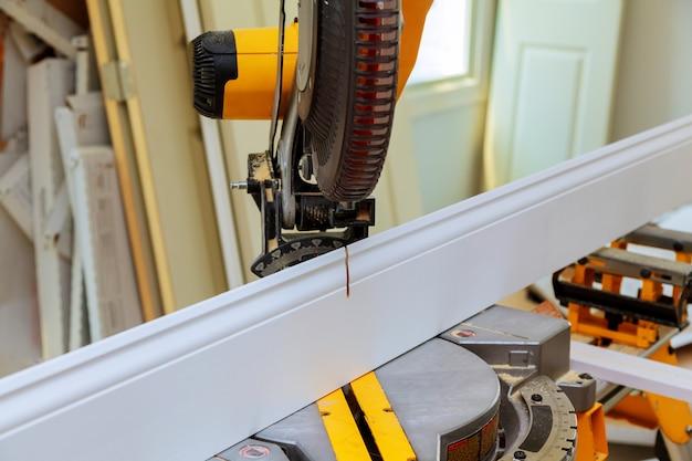 L'uomo con la sega per tagliare il legno
