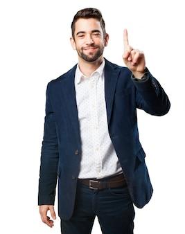 L'uomo con un dito alzato