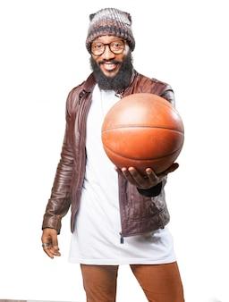 L'uomo con un pallone da basket