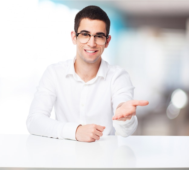 L'uomo con un palmo sollevato sulla scrivania