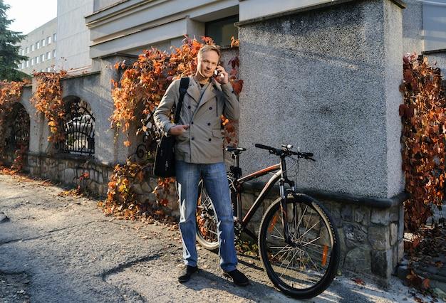 L'uomo con una borsa e uno smartphone.