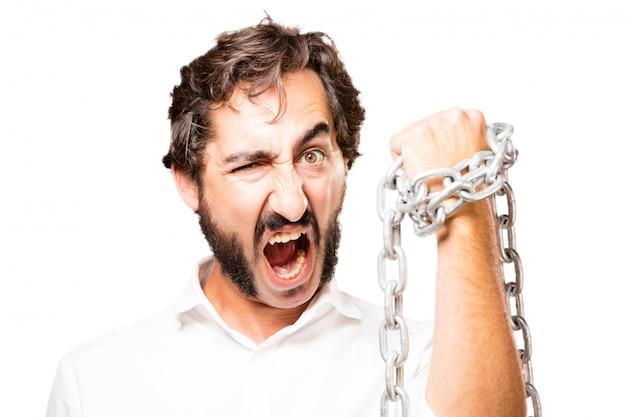 L'uomo con una catena intorno al suo pugno e urlando