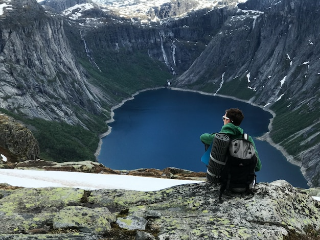L'uomo con una zainetta ama il paesaggio montano splendido
