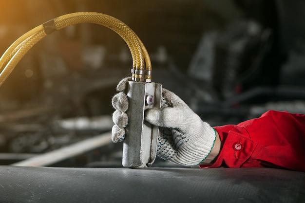 L'uomo controlla il pannello di controllo dell'installazione pneumatica e idraulica