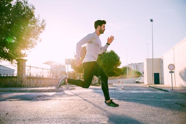 L'uomo corre attivamente in strada
