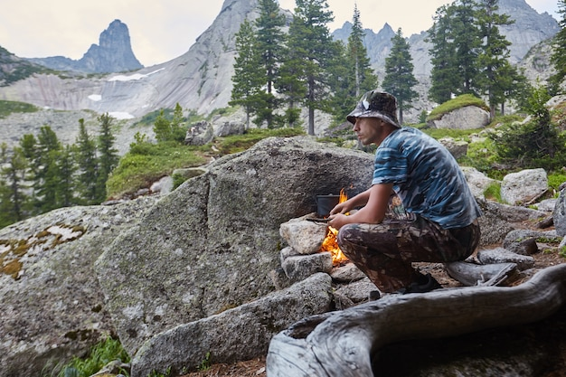 L'uomo costruisce un falò nei boschi in natura