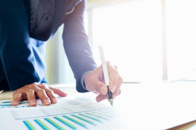 L'uomo d'affari analizza i dati di marketing di business