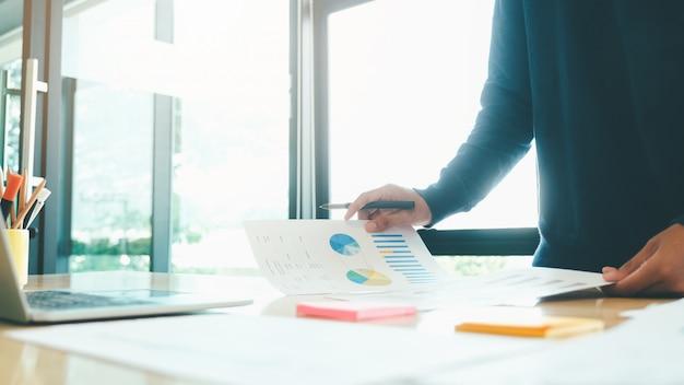 L'uomo d'affari analizza i dati di marketing di investimento.